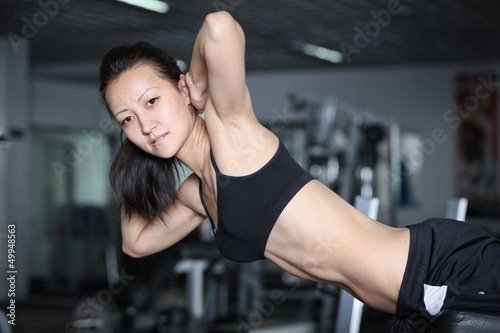 poster of Woman at the gym doing exercises to strengthen abdominal muscles