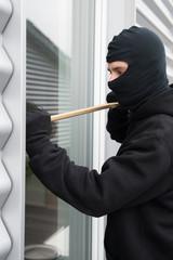 Einbrecher mit Brecheisen hebelt Tür auf #bn