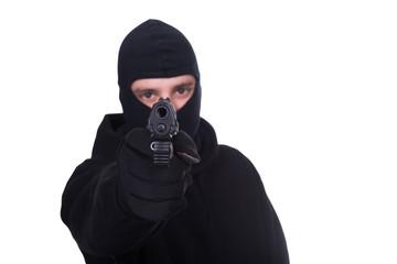 Vermummter Mann mit Pistole #bn