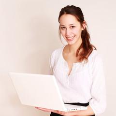 freundliche Schülerin mit Laptop