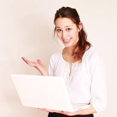 Schülerin mit Laptop