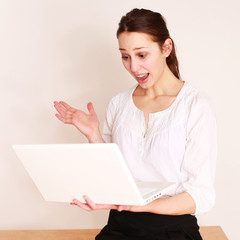 erschrockenes Mädchen mit Laptop