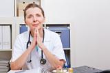 Aufmerksame Ärztin im Büro hört zu
