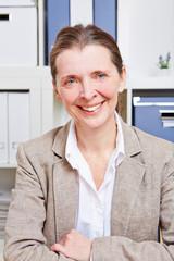 Ältere Business-Frau lächelt im Büro