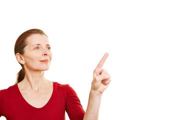 Ältere Frau zeigt mit Finger