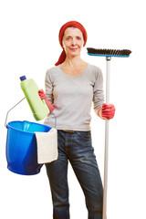 Putzfrau mit Reinigungsutensilien