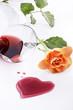 vino rosso con cuore e rosa