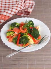 Salad with salmon and broccoli