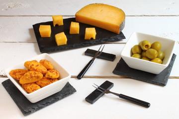 Aperitivo de queso, aceitunas y galletas saladas