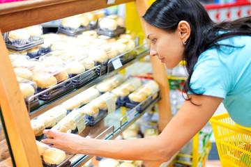woman buys a cupcake