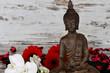 Buddhafigur mit Blumen