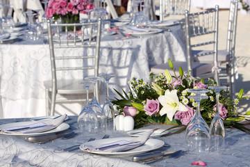 Tavolo con composizione floreale per matrimonio