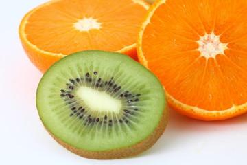 naranja partida por la mitad y kiwi