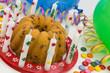 Kuchen mit Dekoration zum Kindergeburtstag