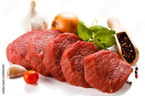 Surowa wołowina i warzywa na białym tle