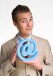 Exitoso ejecutivo sujetando un símbolo de internet, arroba.