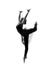 Czarny i biały ślad młodej pięknej tancerki baletowej