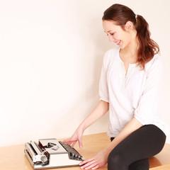 junges Mädchen mit Schreibmaschine
