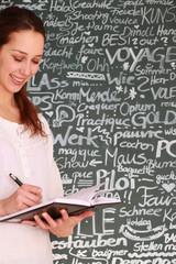 junge Schülerin schreibt