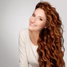 Red Hair. Femme avec de beaux cheveux bouclés