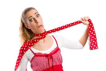 Frau mit zugeschnürter Kehle isoliert in Rot