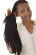 Glückliche schwarze Frau mit langen Rastalocken