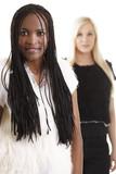 Afrikanerin und Europäerin hintereinander - Rassismus