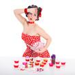 Hübsche Frau im Pin Up Style unter Stress mit Cupcake