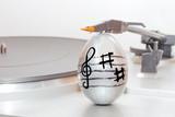 Fototapety Uovo di Pasqua decorato con note musicali