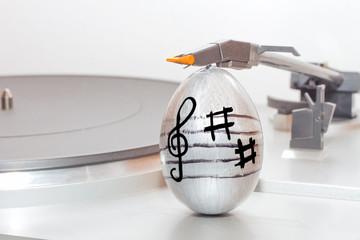 Uovo di Pasqua decorato con note musicali