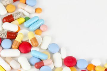 Bunte Medikamente auf weißem Hintergrund