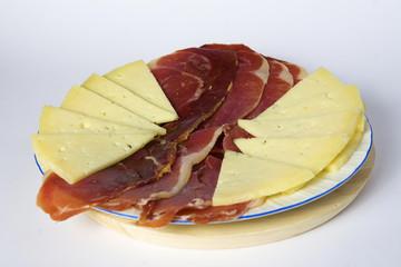 plato con jamón y queso