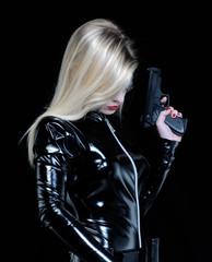 Mujer estilo futurista sujetando una pistola,traje negro