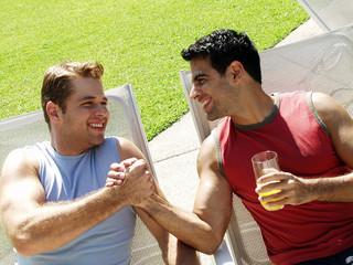 amigos latinos disfrutando en una piscina.