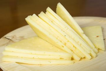 cuña de queso manchego cortado