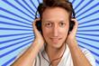 Mann lächelt und hört Musik