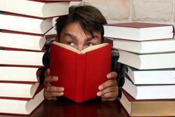 Mann mit rotem Buch Nahaufnahme, lernen