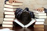 Fototapety Mann vor Erschöpfung eingeschlafen, Bücher