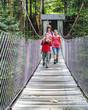 Familie auf einer alten Brücke