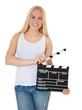Attraktive junge Frau hält Filmklappe