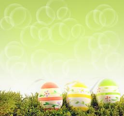 Ostereier im Gras mit grünem Hintergrund