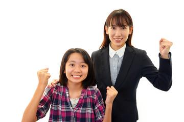 ガッツポーズの女性教師と女の子