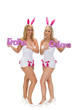 Zwei junge blondinen mit Frohe Oster Schriftzug
