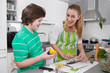 Mama und Sohn gemeinsam beim Kochen