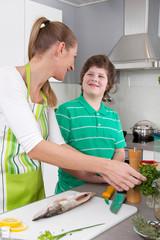 Mutter und Kind kochen gemeinsam