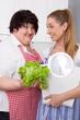 Zwei Frauen machen Diät - Salat gegen Waage