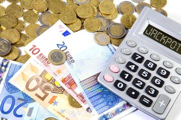 Pièces et billets en euros sur fond blanc