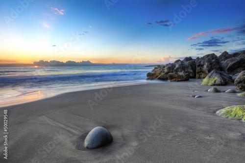 Plage sauvage de sable noir, La Réunion.
