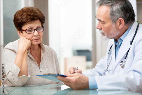 Patient tells the doctor about her health complaints