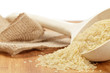 Ungekochter Reis in Holzkelle